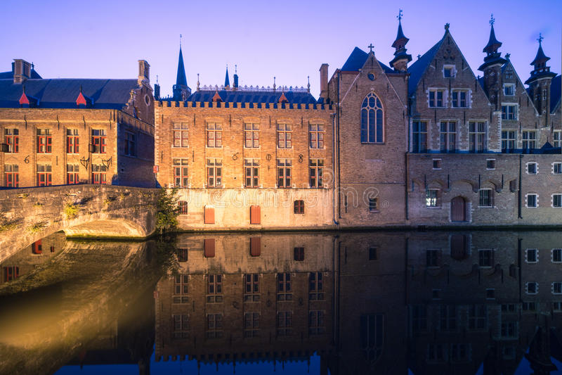 Canale di Bruges di notte fotografia stock