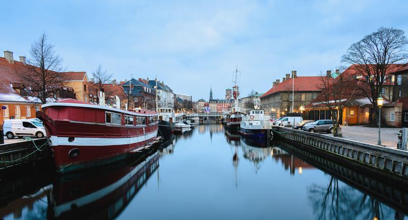 Canale di Nyhavn a Copenhaghen alle ore blu - Danimarca fotografia stock libera da diritti