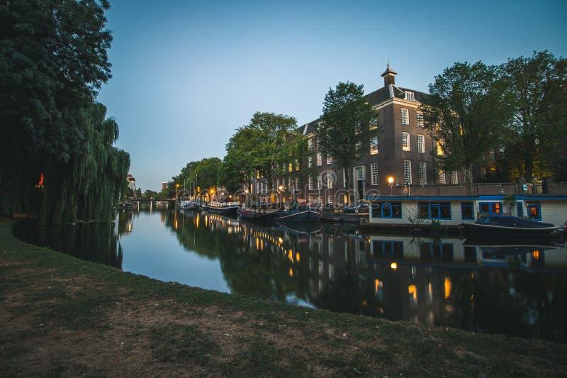 Canale di Parkside a Amsterdam, Paesi Bassi al tramonto fotografia stock