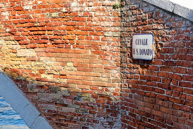Canale di San Donato tecken på tegelstenväggen, Murano, Italien fotografering för bildbyråer