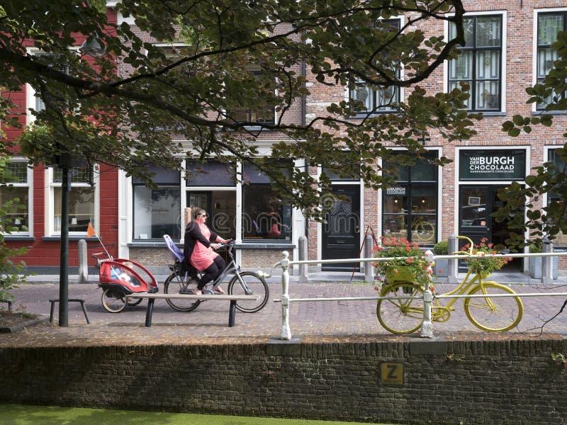 Canale dietro la nuova chiesa famosa in città olandese di Delft e della madre fotografia stock