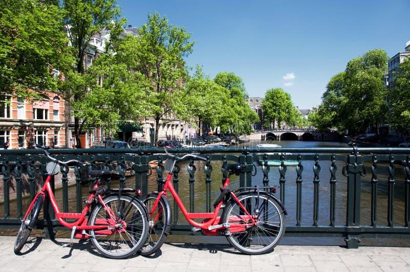 Canale e biciclette di Amsterdam fotografie stock libere da diritti