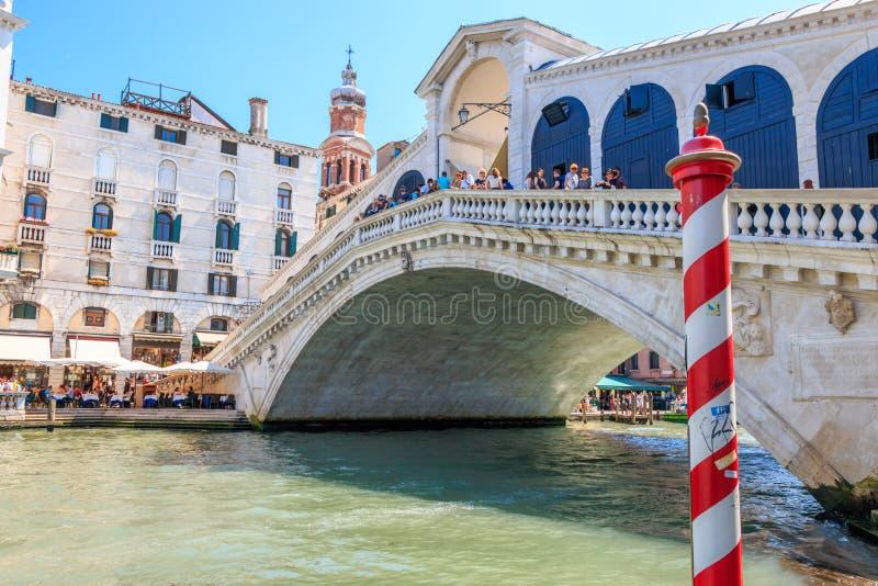 Canale grande con il ponte di Rialto a Venezia, Italia immagine stock libera da diritti
