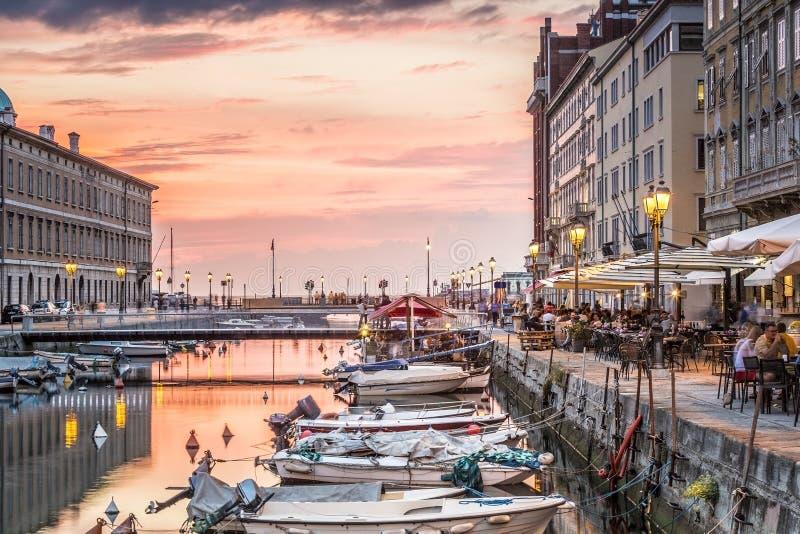 Canale grande nel centro urbano di Trieste, Italia fotografia stock libera da diritti