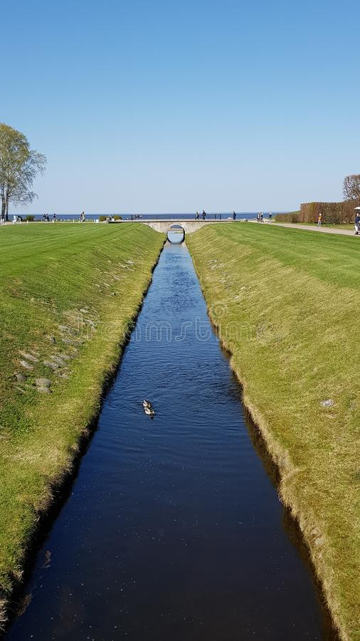 Canale idrico in Peterhof in San Pietroburgo immagini stock libere da diritti