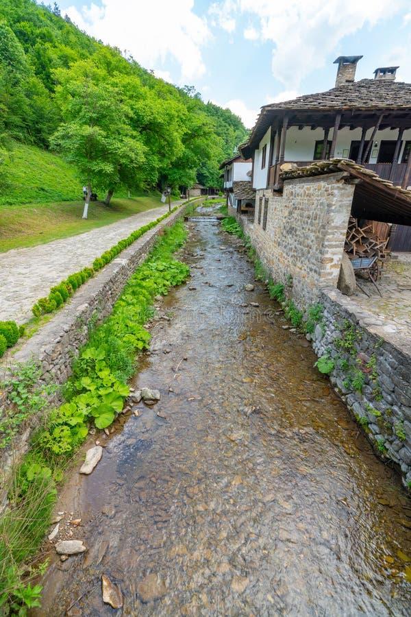 Canale navigabile nell'uscita dal ` complesso etnografico di Etera del ` in Bulgaria fotografia stock