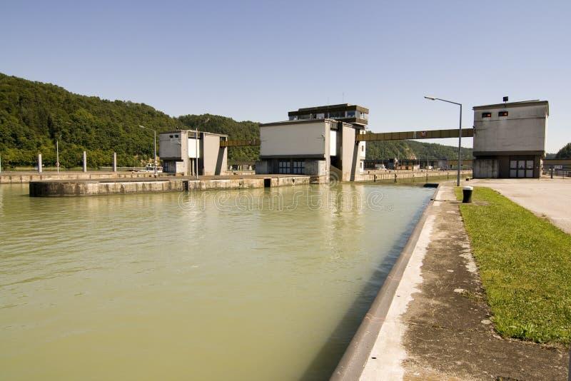 Canale navigabile nella centrale elettrica fotografia stock