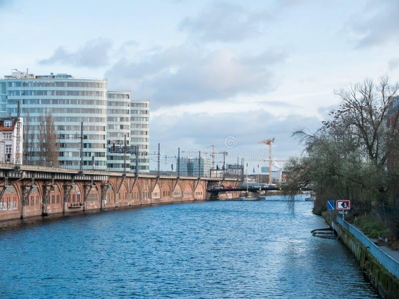 Canale navigabile o canale urbano fotografia stock libera da diritti