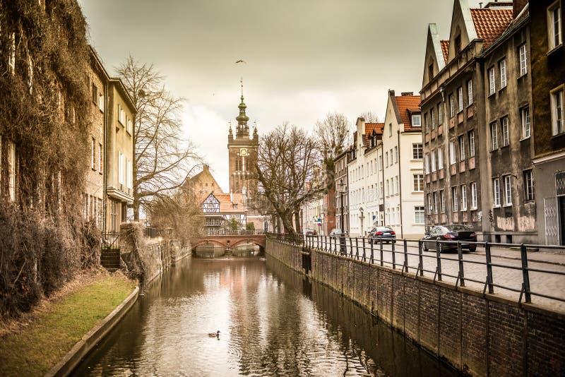 Canale nella vecchia città di Danzica, Polonia fotografie stock libere da diritti
