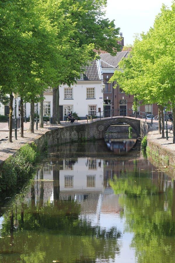 Canale, ponte e case antiche, Amersfoort, Olanda fotografie stock libere da diritti