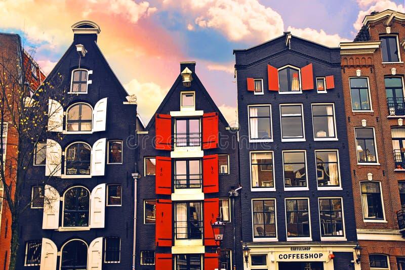 Canale Singel di Amsterdam con le case e le case galleggianti olandesi tipiche durante l'ora blu di mattina, Olanda, Paesi Bassi  fotografia stock libera da diritti