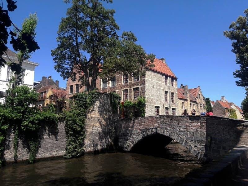 Canale in vecchia città europea, architettura di Bruges fotografia stock
