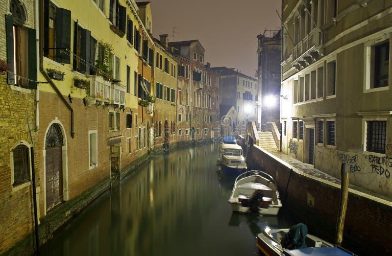 Canale veneziano alla notte. fotografia stock