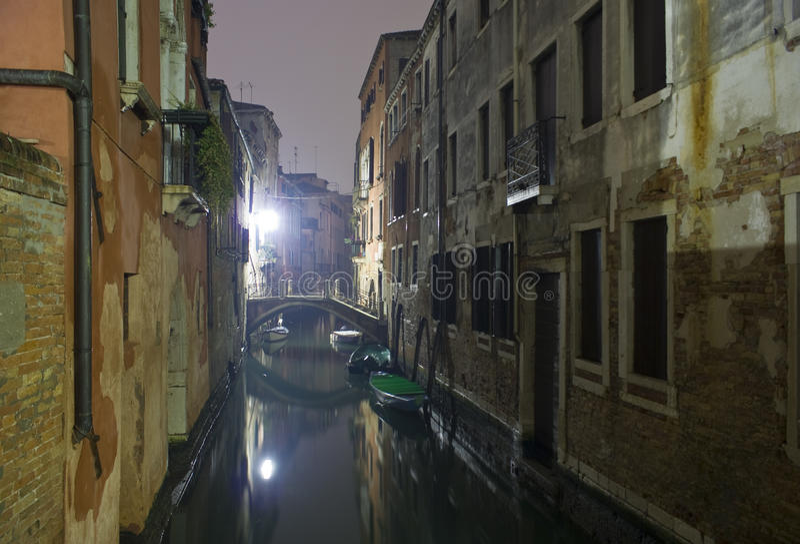 Canale veneziano alla notte. immagine stock