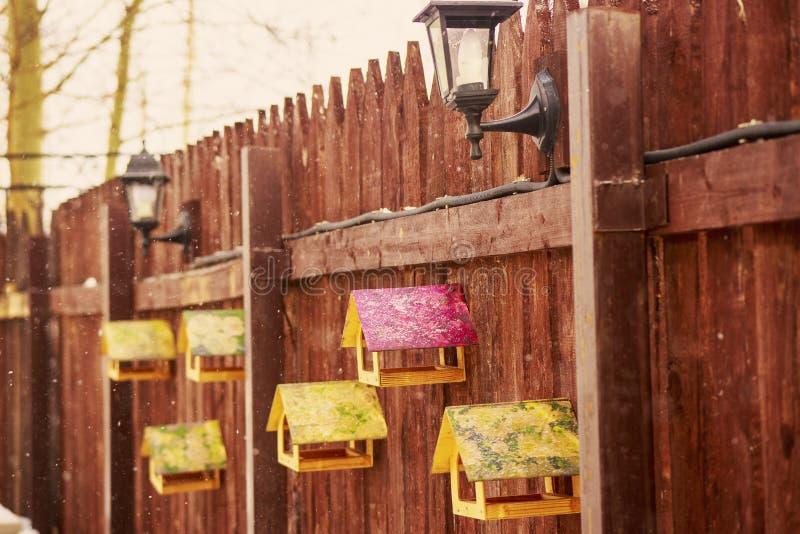 Canales de alimentación para los pájaros en la cerca foto de archivo