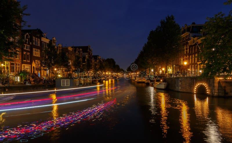 Canales de Amsterdam de la noche imagen de archivo
