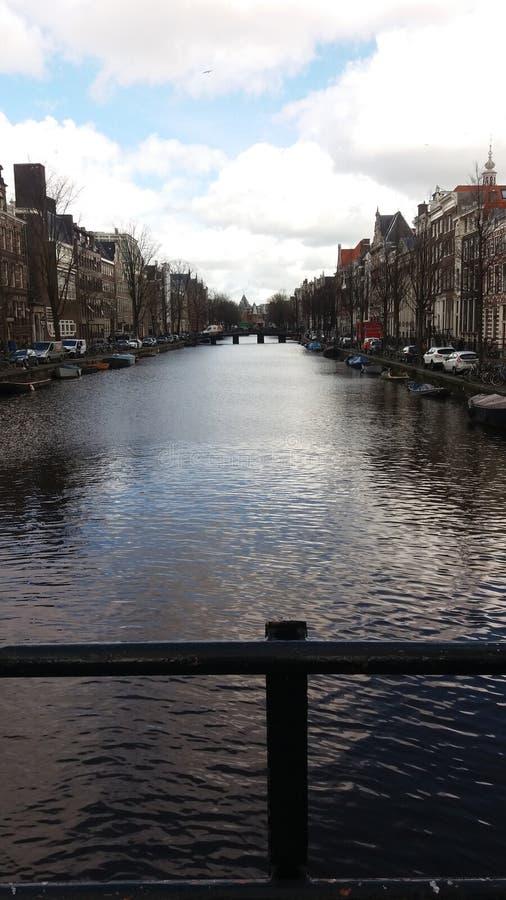 Canales de Amsterdam en la estación del invierno foto de archivo libre de regalías
