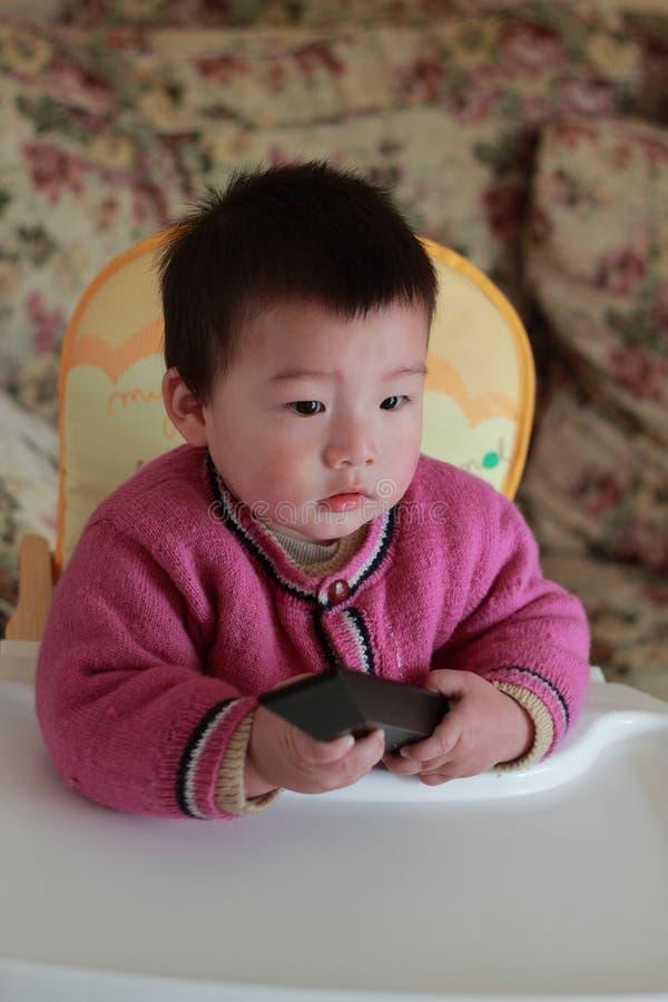 Canales de la conmutación del bebé en la TV fotografía de archivo libre de regalías