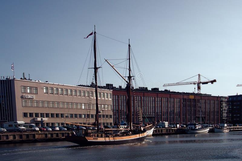 Canales en ciudad y nave de dos palos vieja fotografía de archivo