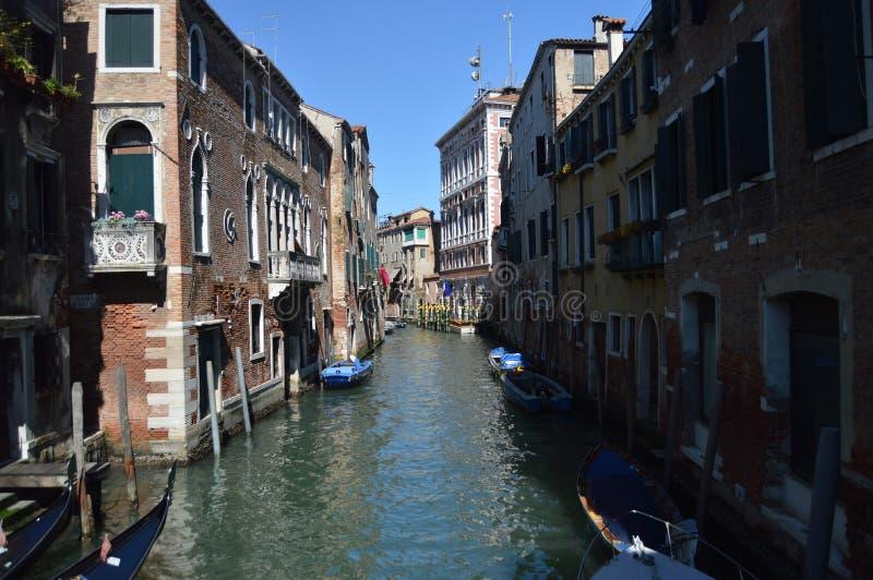 Canales estrechos con los barcos amarrados en Piers Of Buildings In Venice Viaje, días de fiesta, arquitectura 27 de marzo de 201 fotografía de archivo