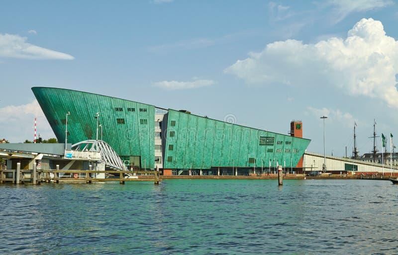 Canales y barcos de Amsterdam El museo de Nemo Children imagen de archivo libre de regalías