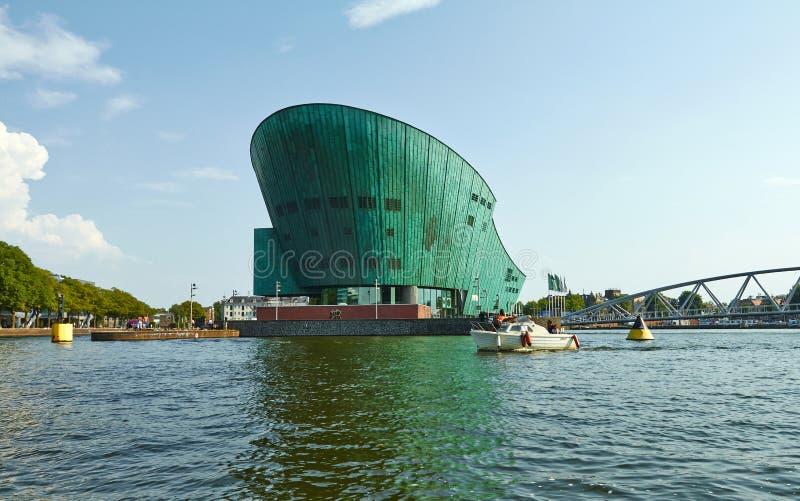 Canales y barcos de Amsterdam El museo de Nemo Children foto de archivo