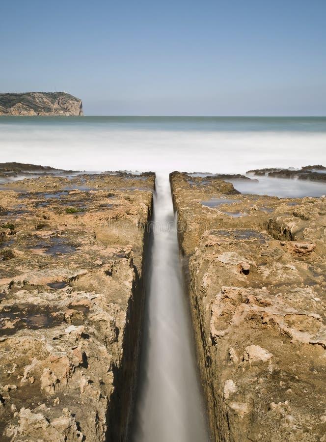Canaleta de água na praia foto de stock royalty free