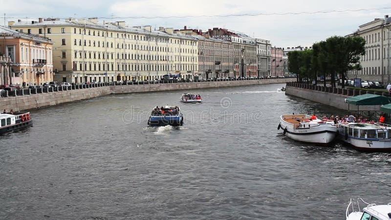 Canaleta de rio com os barcos em St Petersburg verão vídeos de arquivo