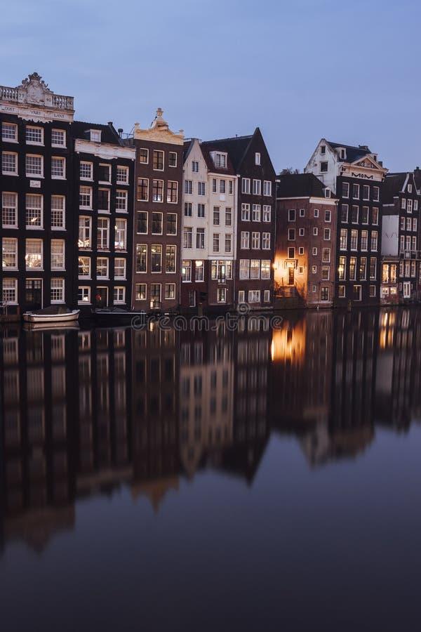 Canalhouses i Amsterdam på en otta arkivbild