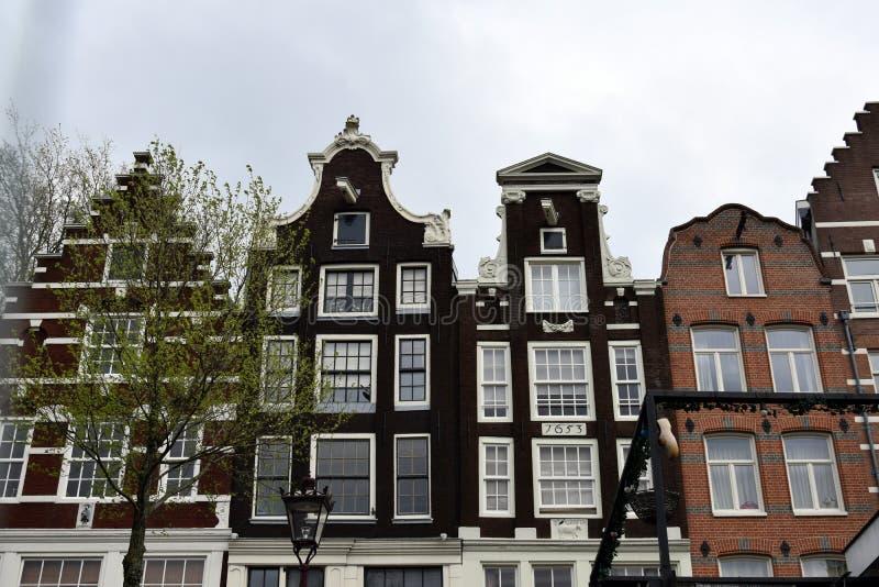 Canalhouses le long des canaux d'Amsterdam photographie stock