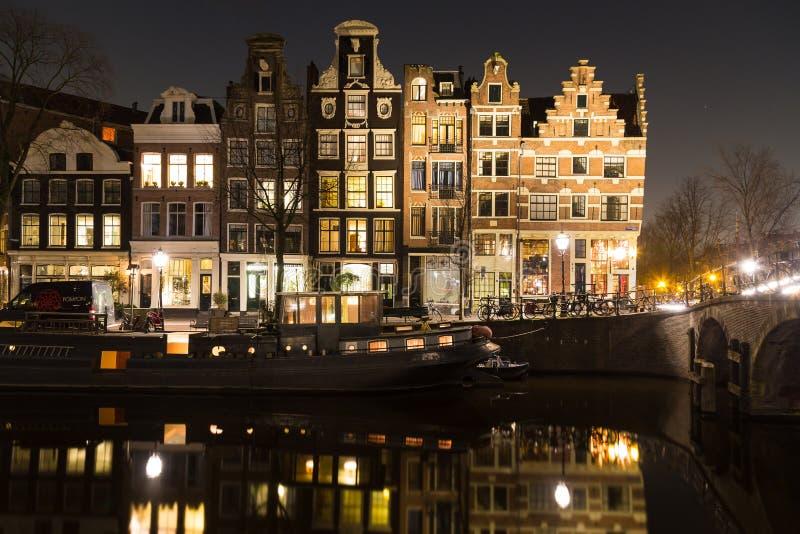 Canali a Amsterdam alla notte fotografia stock
