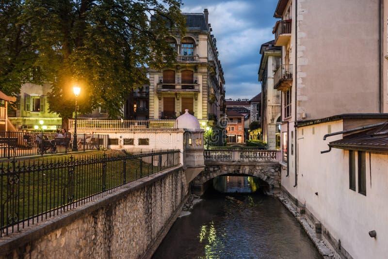 Canali del fiume di Annecy Thiou nell'anche vista fotografia stock