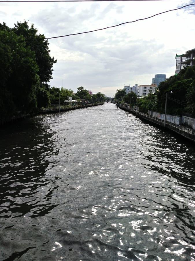Canali della depurazione delle acque della villa del canale fotografie stock