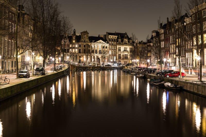 Canali di Amsterdam alla notte fotografia stock libera da diritti