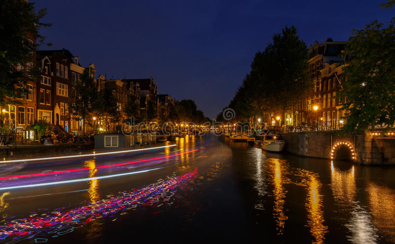 Canali di Amsterdam di notte immagine stock