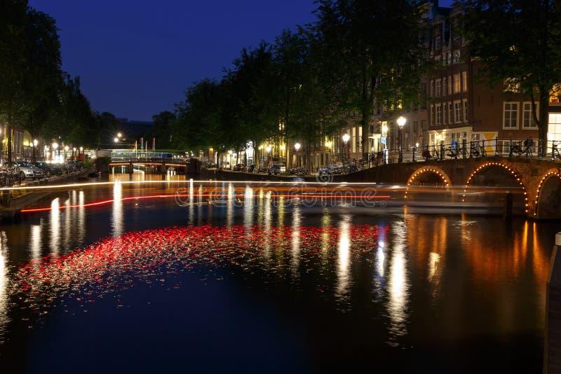 Canali di Amsterdam di notte immagini stock
