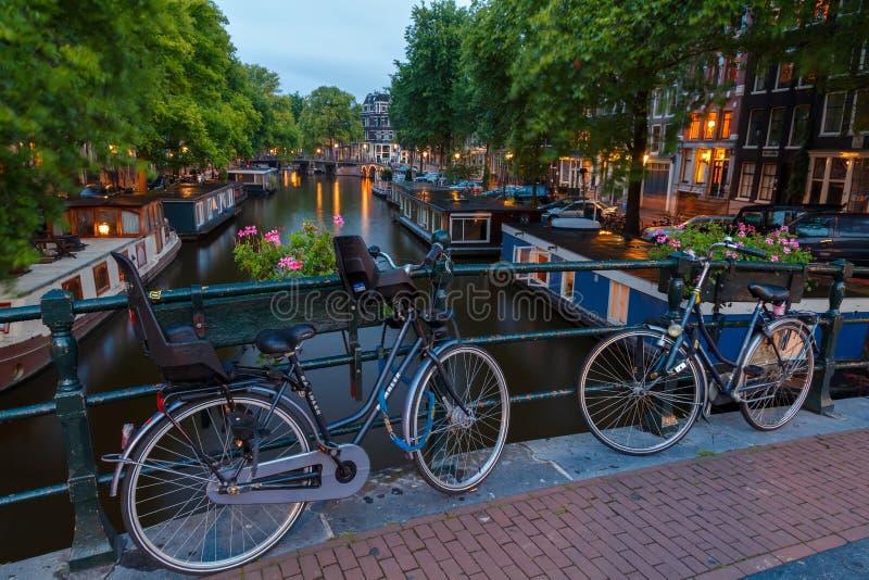 Canali di Amsterdam di notte immagine stock libera da diritti