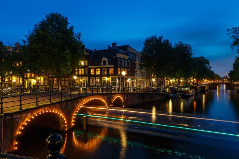 Canali di Amsterdam di notte fotografia stock libera da diritti