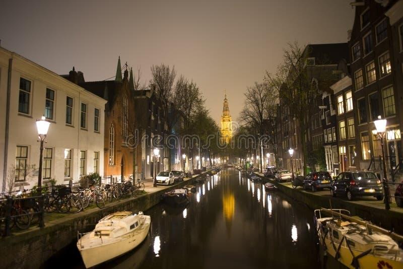 Canali di Amsterdam, scena di notte in vecchia città con le barche e luci riflesse in acqua, Amsterdam, Netherland, il 24 marzo 2 fotografia stock
