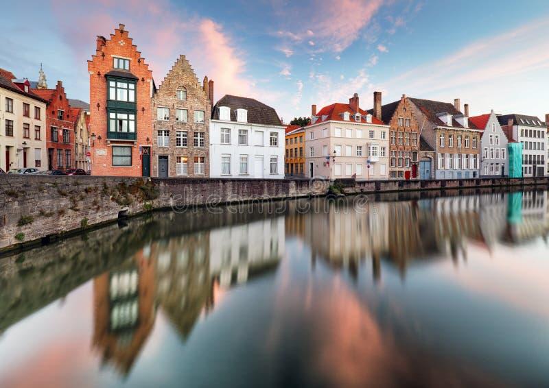 Canali di Bruges, Spiegelrei con le vecchie case di riflessione al tramonto fotografia stock libera da diritti