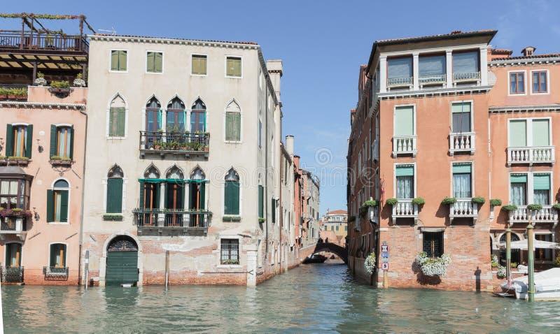 Canali idrici di città di Venezia Piccolo canale Rio di San Marcuola che parte da Grand Canal a Venezia, Italia fotografie stock