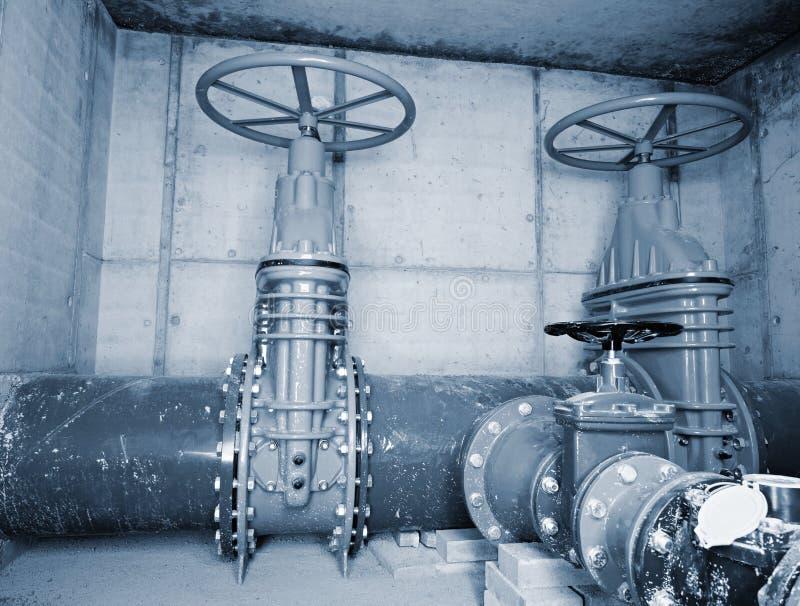 Canalisation de l'eau potable de ville dans des axes concrets avec la soupape à vanne de 500mm photo stock