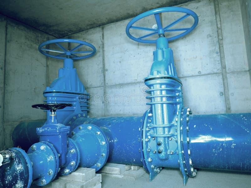 Canalisation de l'eau potable de ville dans des axes concrets avec la soupape à vanne de 500mm photos stock