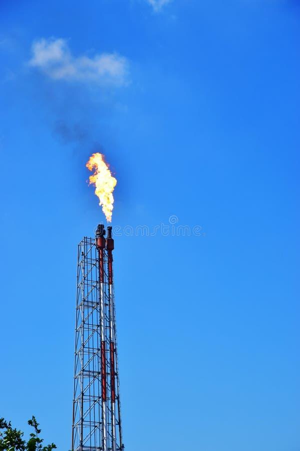 Canalisation de pétrole de production de gaz avec le ciel bleu image stock