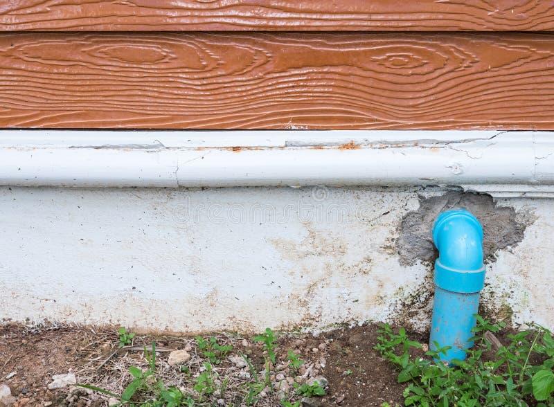 Canalisation de PVC de courbe pour le drainage photos stock