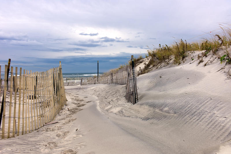 Canalisation par les dunes image stock