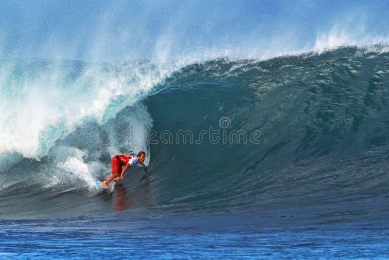 Canalisation surfante de Damien Hobgood de surfer en Hawaï image stock