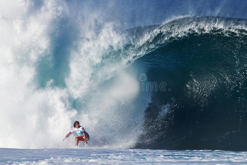 Canalisation surfante julienne de Wilson de surfer en Hawaï photographie stock