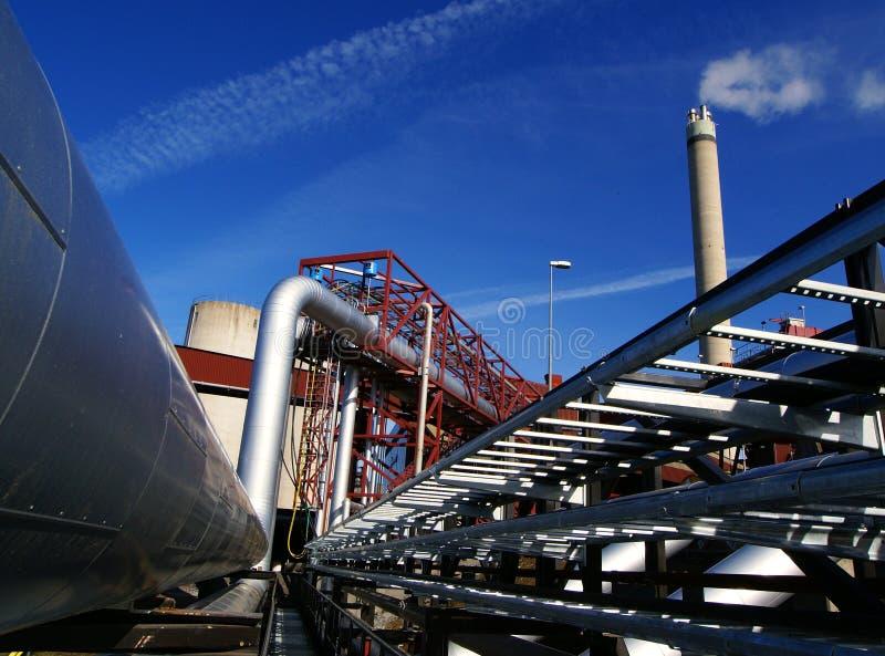 Canalisations et cheminée en acier sur le ciel bleu photos stock