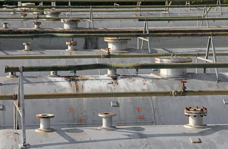 canalizzi i tubi e la valvola di sicurezza sopra i vess giganteschi di pressione immagini stock libere da diritti